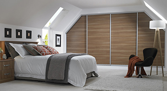 Chambre moderne avec un placard sur mesure.