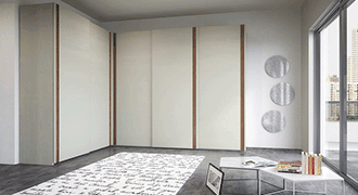 Photographie d'un intérieur contemporain avec un placard à portes coulissantes.