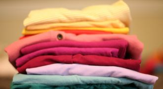 Pile de vêtement rangée dans un placard.