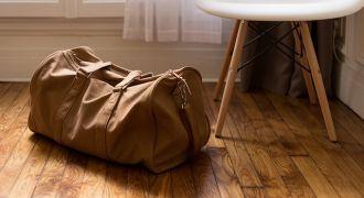 Valise posée sur le sol à côté d'une chaise.