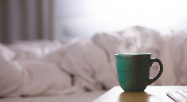 Photographie d'un lit dans une chambre.