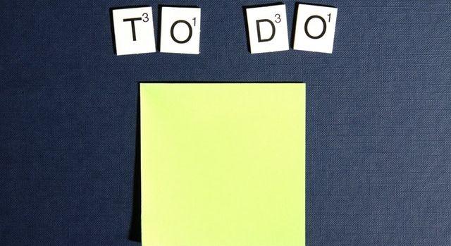 """Inscription """"To do"""" au dessus d'un post-it."""