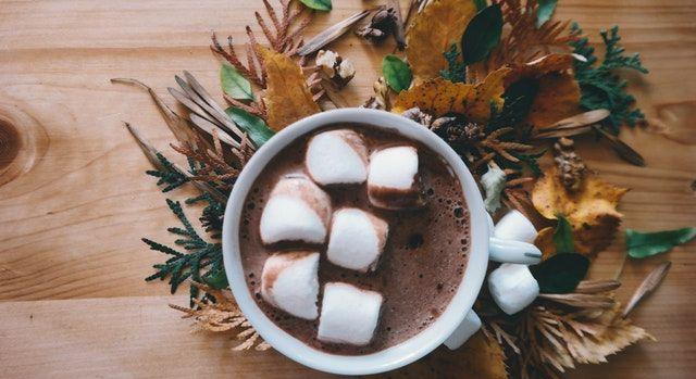 Tasse de chocolat chaud dans un intérieur cosy pour l'automne.