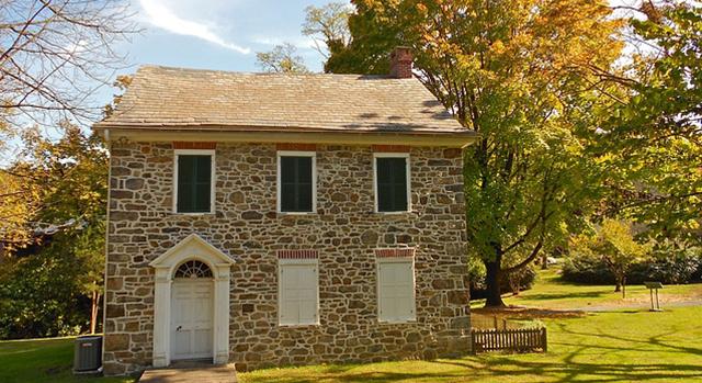 Photographie prise en automne d'une maison en pierre.