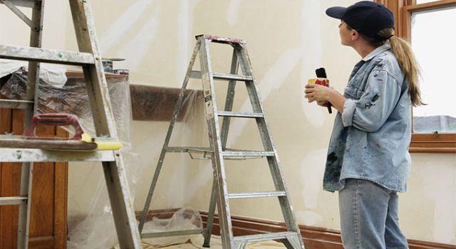 Personne entrain de rénover son aménagement intérieur.
