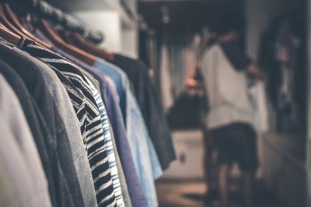 Gros plan sur des vêtements dans un placard sur mesure.